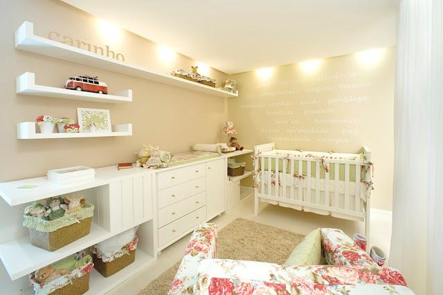Lindo quarto de bebê em um estilo moderninho com móveis mais clean.