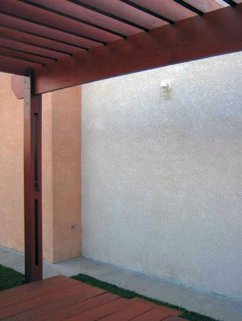 O pergolado é também um redário, camuflando as chicanes e a cisterna da água da chuva, enterradas no recuo frontal da construção.