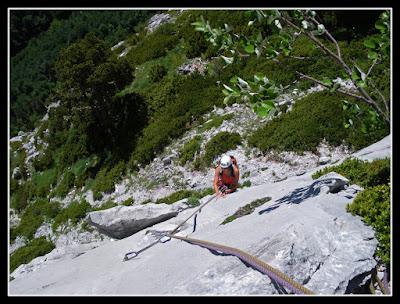 Escalando en la vía Estel del Ezkaurre