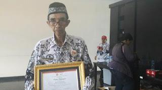 Bapak Maman Supratman, Guru Honorer Yang Telah Berusia 75 Tahun Terima Penghargaan