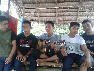 Sejenak melupakan semua penat dengan bernyanyi dan bermain gitar