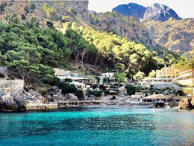 Pequeño pueblo por la costa del Mar Mediterráneo