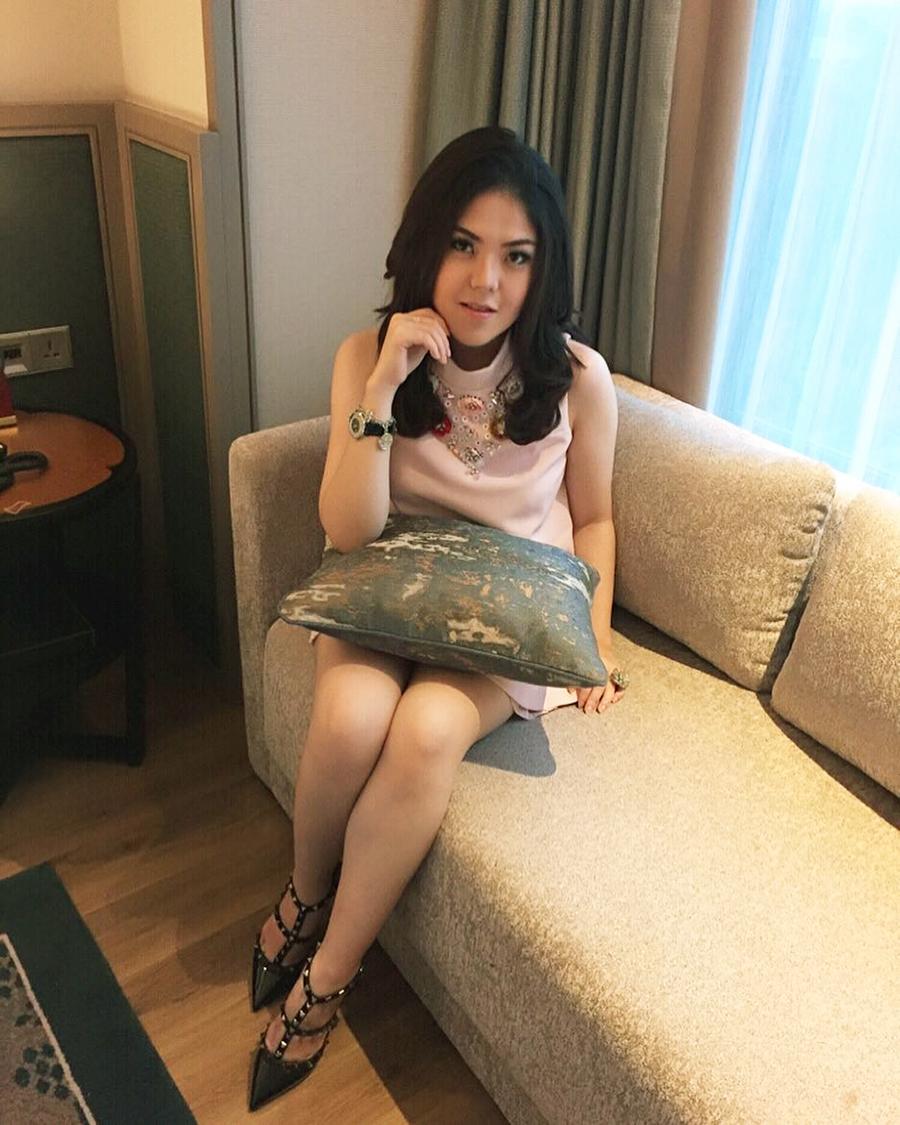 Tina Toon duduk intip celana dalam artis