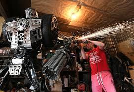ميكانيكي روسي يصنع مجسمات فريدة من قطع غيار السيارات المستعملة.. صور