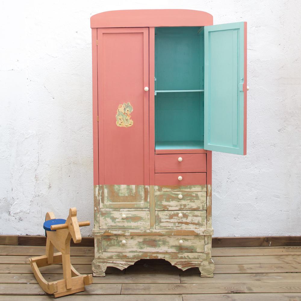 Un armario infantil de diversos colores