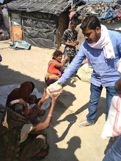 समस्तीपुर में सरकारी मदद के आस में गरीब मजदूर की चूल्हा कई दिनों से जल नही रही पेट की जल रही है,निजी खर्च पर दे रहे भोजन।