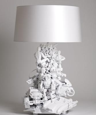 lámpara hecha con muñecos de plástico pintados de blanco.