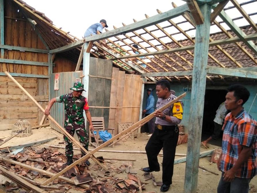 Babinsa Koramil/14 Bringin Bersama Bhabinkamtibmas Dan masyarakat Gotong Royong Perbaiki Rumah