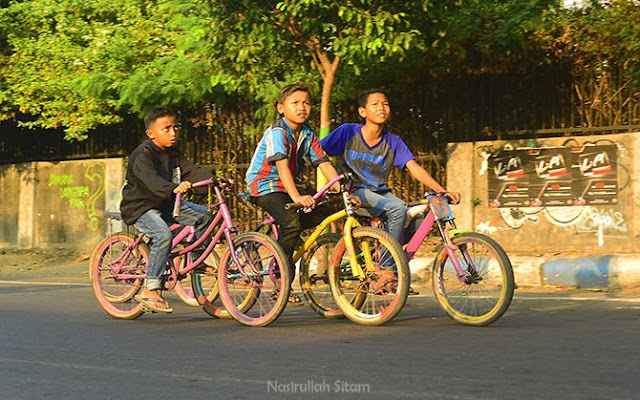 Anak-anak menaiki sepeda
