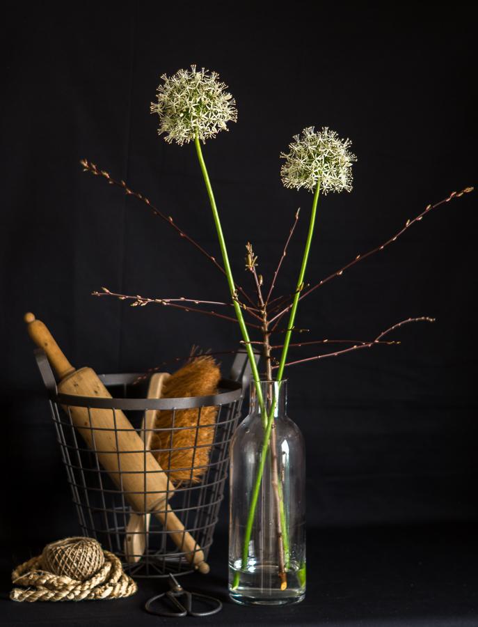 Blog + Fotografie by it's me | fim.works | weißer Allium mit Zweigen und Deko