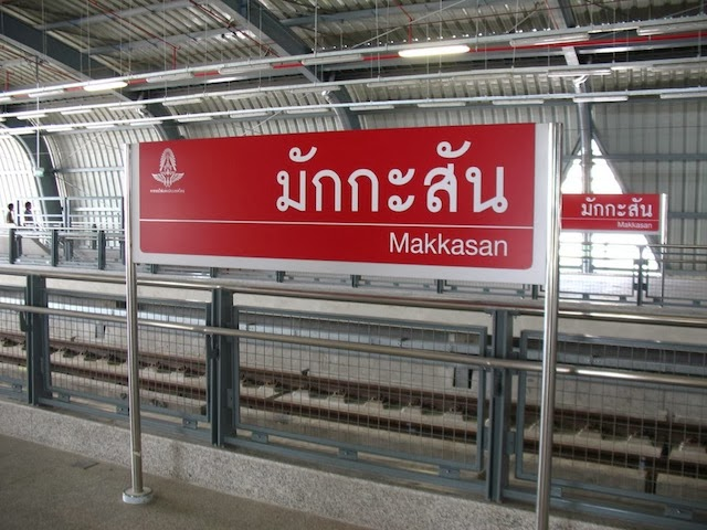 Papan nama sebuah stasiun di Makkasan, Thailand