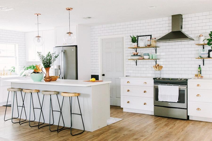 Modna biała kuchnia z jadalnią, wystrój wnętrz, wnętrza, urządzanie domu, dekoracje wnętrz, aranżacja wnętrz, inspiracje wnętrz,interior design , dom i wnętrze, aranżacja mieszkania, modne wnętrza, klasyczna kuchnia, biała kuchnia, kitchen, skandynawska kuchnia, projekt kuchni, jadalnia, styl klasyczny, styl industrialny, styl rustykalny, wyspa kuchenna, stołki barowe