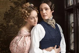 """Kobieta powinna zrobić trzy rzeczy: znaleźć żonę, rozbudować posiadłość i zgnieść patriarchat – recenzja 1. sezonu """"Gentleman Jack"""""""