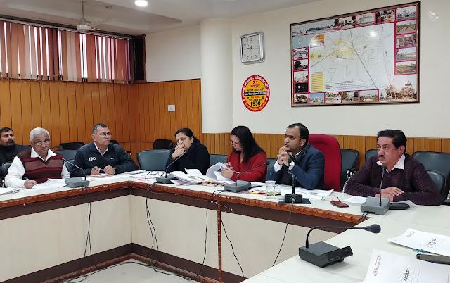 विभिन्न योजनाओं से सम्बन्धित विकास कार्यो की समीक्षा बैठक में ओर अधिक गति देने के उदेश्य से अधिकारियों को दिशा-निर्देश -  उपायुक्त