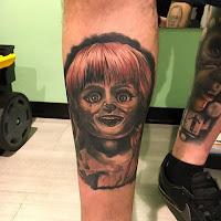 tatuaje para halloween annabelle en la pierna