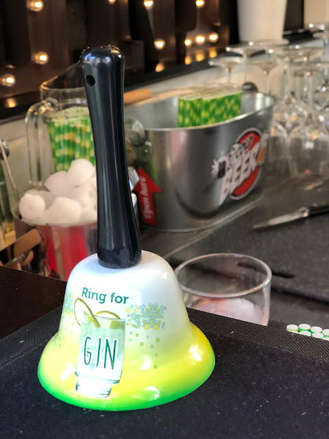 Ring for Gin, Barglocke, Horsebox-Bar, horseboxbar, Bayern, Garmisch-Partenkirchen, Event, mobile Bar, pop-up Bar, rent a bar, Uschi Glas, 4 weddings & events, 4 Gin & drinks, Hochzeitsbar, Event-Bar, Highlight für Events, Barhänger