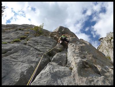 Escalando en la vía Valle de Tena de la Foratata oriental, sexto largo
