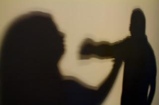 Mulher Espanca Seu Marido Por Não Cumprir Com  as Dispesas