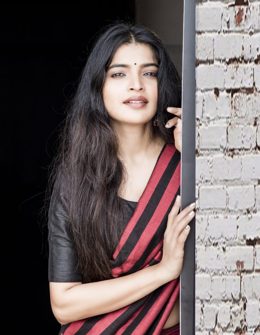 Sanchita Shetty shows her hot curves wearing saree