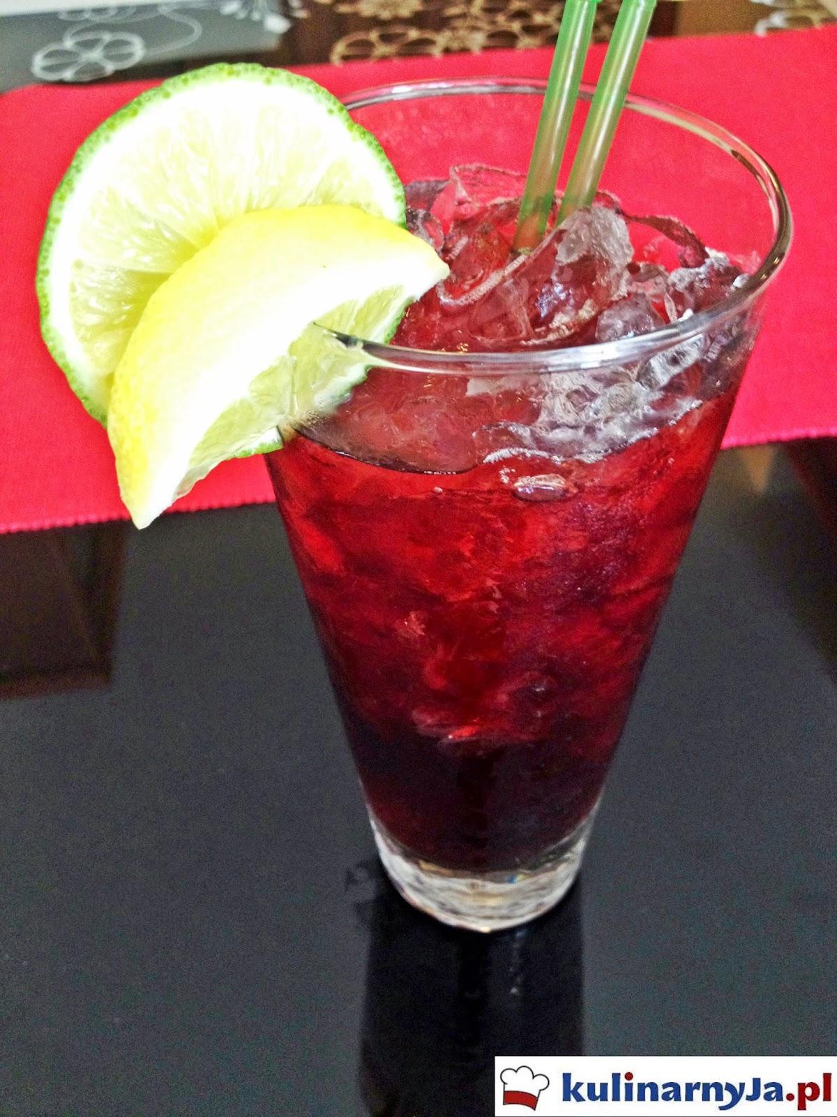 Orzeźwiający koktajl z sokiem z owoców granatu