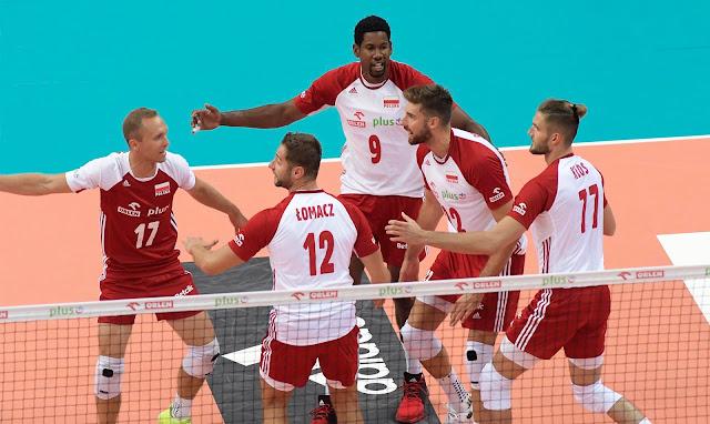 Seleção polonesa de voleibol comemorando ponto contra a Alemanha em amistoso 2020