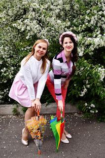 Две девушки с зонтами у цветущей черёмухи