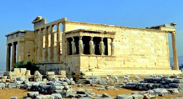 Colunas em forma feminina no Templo das Cariátides, na Acrópole de Atenas
