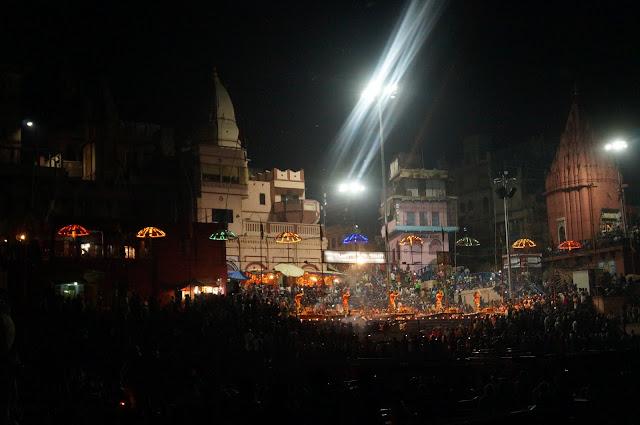 Agni Pooja di Dashashwamedh Ghat Sungai Gangga