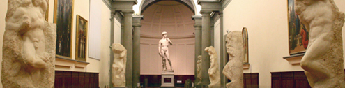Imagen en color del pasillo hacia el David original de Miguel Ángel Buonarroti que se encuentra en la Galería de la Academia de Florencia, con las estatuas de los esclavos que debían decorar la tumba del papa Julio II a ambos lados