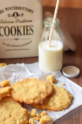 Fluffige White Chocolate Cookies mit saftigem Kern.