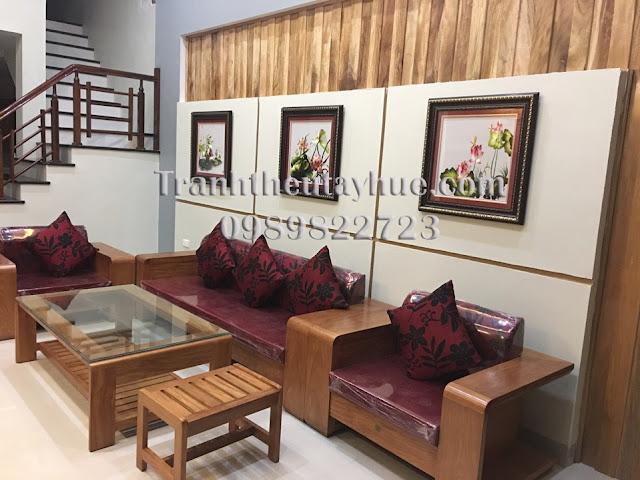 Tranh thêu sơn hoa sen được bán ở cửa hàng tranh thêu tay tphcm đã được khách chọn mua treo phòng khách