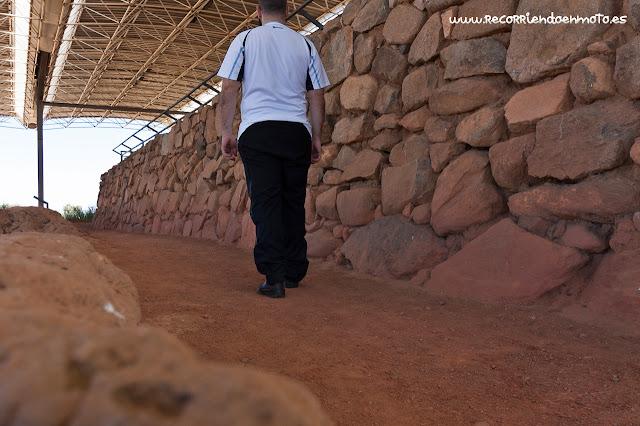 paseando por los muros de Cancho Roano