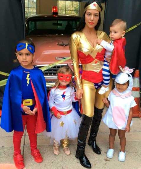 Halloween Kourtney Kardashian mulher maravilha