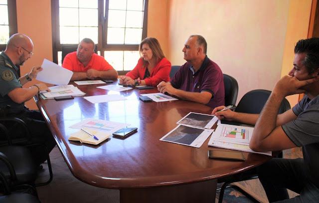 Reunion%2BAntigua%2Bcon%2BSeprona%2B%25281%2529 - Fuerteventura.- Antigua y Seprona trabajan juntos en la correcta regularización del entorno municipal