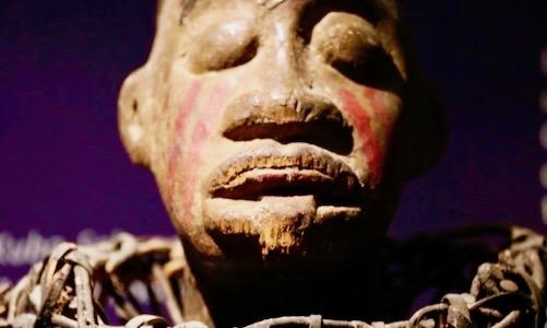Detalle rostro escultura en madera