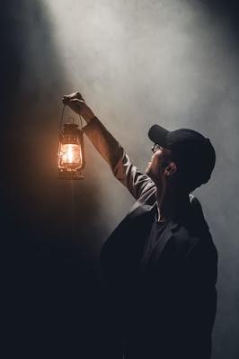 Un individ cu o lamă privește în sus - foto de Severin Höin - unsplash.com