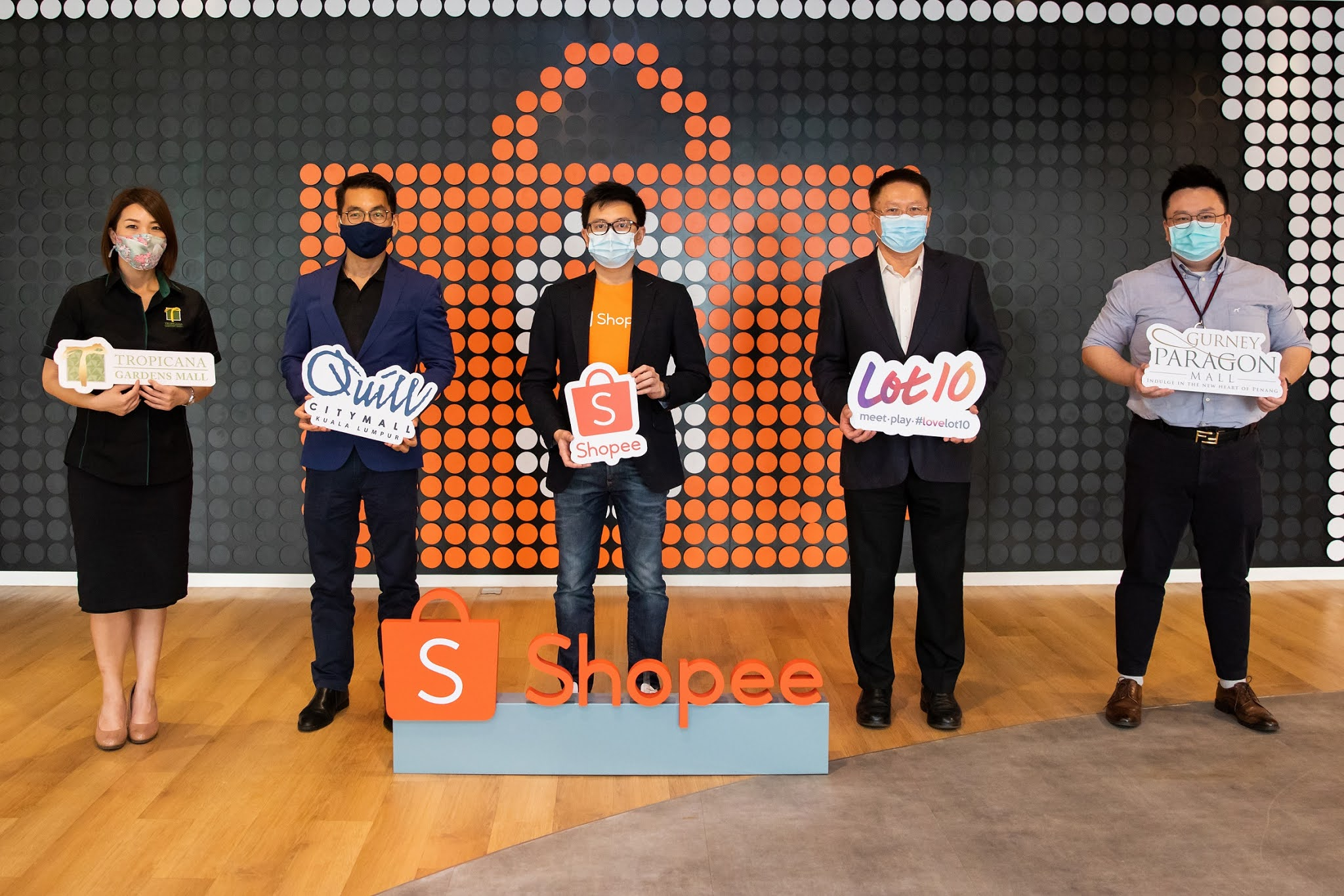 Alain Yee, Head of ShopeePay (third from left) welcomes shopping mall partners (from left) Wendy Wong Siew Chin, General Manager, Mall Marketing of Tropicana Gardens Mall; Koong Wai Seng, Group CEO of Quill Group of Companies; Eric Eoon Whai San, Executive Director of YTL Land Sdn Bhd and Arthur Toh Kai Wei, Retail Project of Gurney Paragon Mall onto the online shopping platform in conjunction with Shopee 12.12 Birthday Sale.