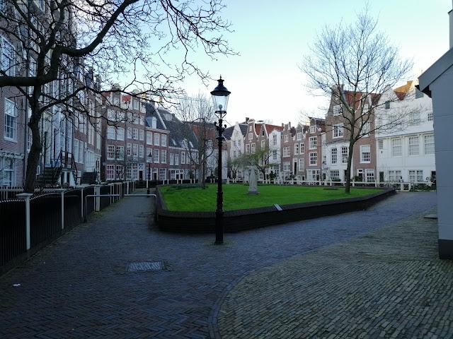 Dziedziniec Begijnhofu, amsterdamskiego beginaża. Fot. © DK