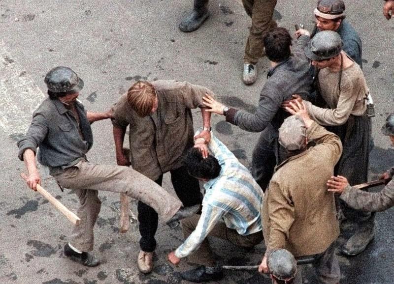 bányászjárás 1990, igazságszolgáltatás, Ion Iliescu, Románia, Zsil-völgyi bányászok  Bővebben: http://www.vhegy.com/2015/10/emberiseg-elleni-buncselekmennyel.html#ixzz4TgoI1Quv