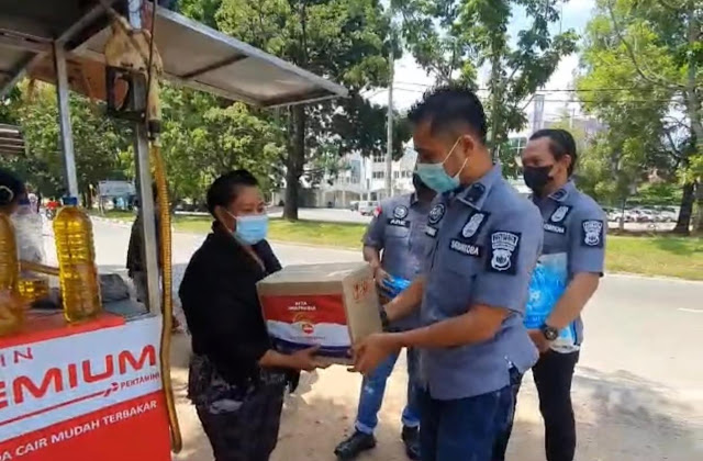 Kasat Narkoba Polresta Barelang Pimpin Kegiatan Pembagian Paket Sembako Kepada Pedagang Yang Terdampak PPKM Darurat