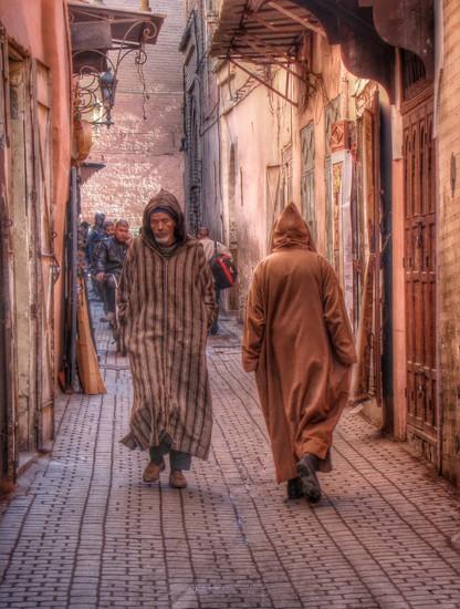 Croisé d'hommes en djellabas traditionnelles dans la médina de Marrakech