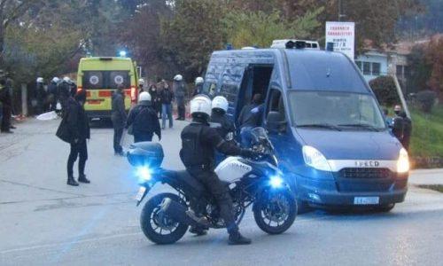 Άγρια επεισόδια σημάδεψαν την επέτειο του Πολυτεχνείου στα Γιάννινα. Ξυλοδαρμοί, τραυματίες και δεκάδες προσαγωγές μέχρι στιγμής από την Αστυνομία.