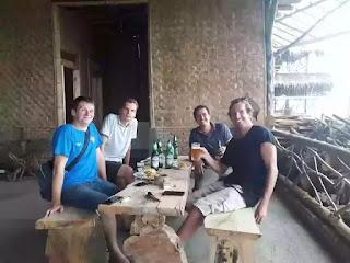 pengunjung bamboo cafe pangandaran