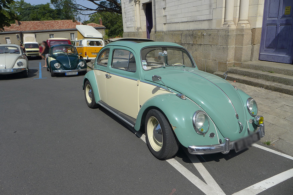 Rassemblement de voitures vintages Coccinelle volkswagen bicolore à Clisson