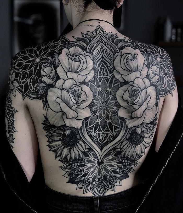 Vemos un tatuaje ornamental en la espalda de una mina