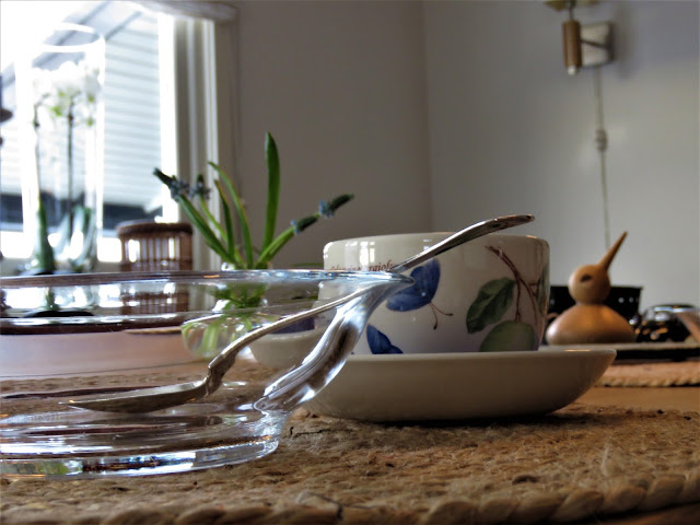 Borddekking med perleblomster - Kaffekopp - borddekking - interiør