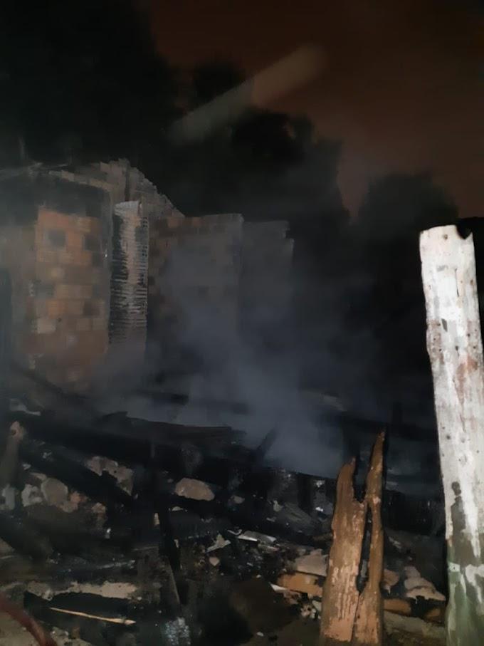 Incêndio destrói residência abandonada no Morro do Posto em Lages