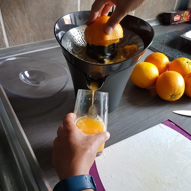 Zubereitung von Orangensaft mit der Philips Avance Collection Zitruspresse (HR2752/90)