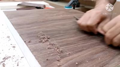 كشط سطح القشرة الخشب لإزالة بقايا اللاصق الجيلاتين