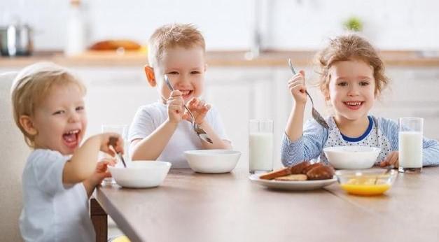 5 Cara Pelatihan Balita Agar Makan Sendiri